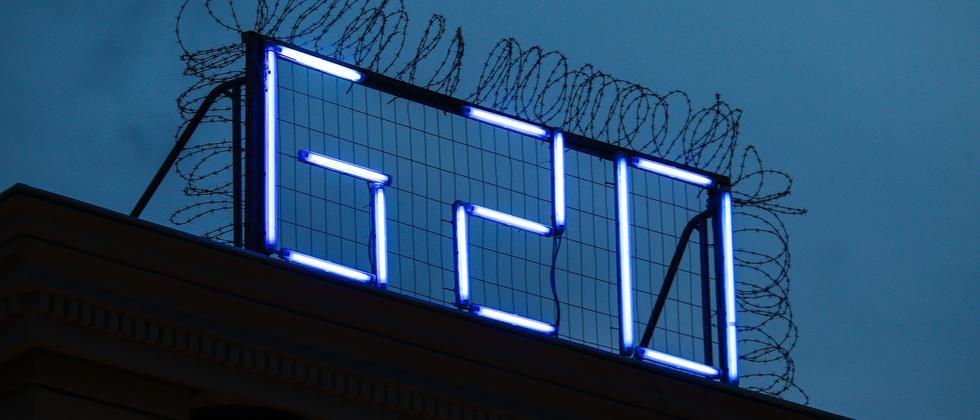 Ein leuchtender G20-Schriftzug auf dem Dach der Roten Flora in Hamburg