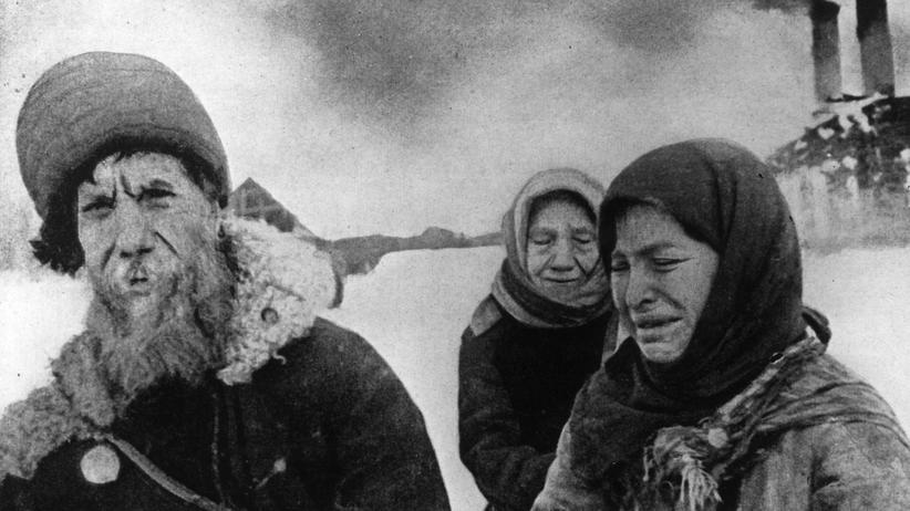 Holocaust: Bauern um 1940 in Wyschhorod (heutige Ukraine), kurz nachdem ihre Häuser von den Nationalsozialisten in Brand gesteckt wurden