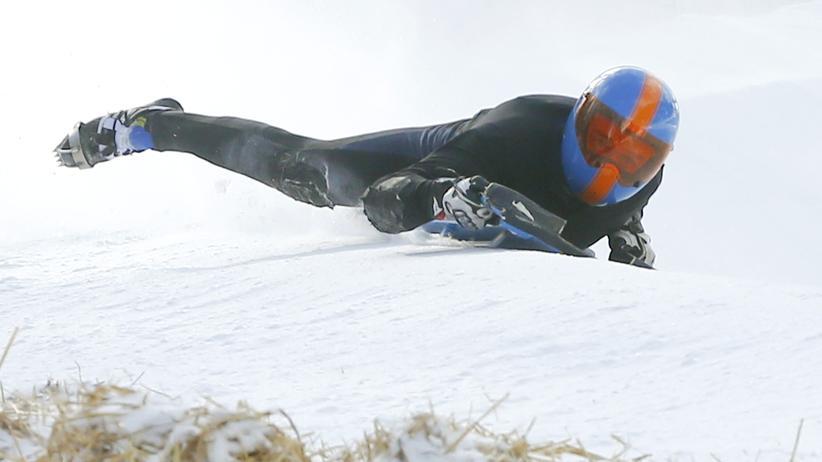 St. Moritz: Ein unbekannter Fahrer passiert die Shuttlecock-Kurve des Cresta Run in St. Moritz 2015.