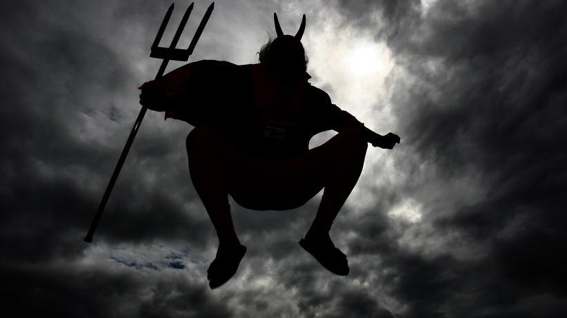 Teufel: Sie glauben gar nicht an den Teufel? Der Teufel glaubt an Sie, das reicht.