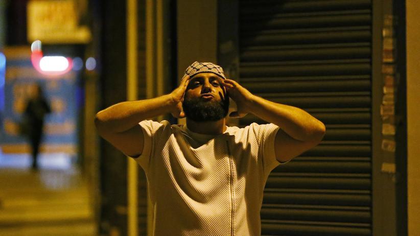 Islam: Ein verzweifelter Muslim nach dem islamfeindlichen Anschlag auf Londons Finsbury-Park-Moschee.