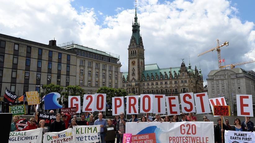 G20: Eine Demonstration gegen den G20-Gipfel auf dem Rathausmarkt in Hamburg.