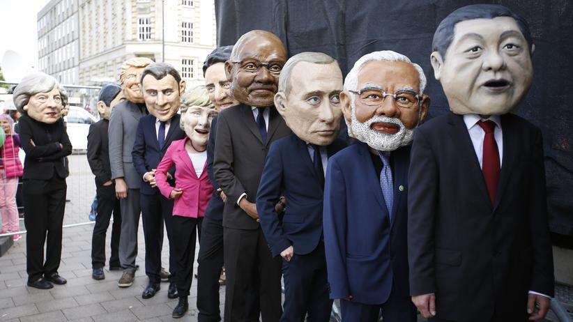 Regierungschefs der G20: Als Regierungschefs verkleidete Demonstranten protestieren am 2. Juli 2017 in Hamburg  gegen den G-20-Gipfel