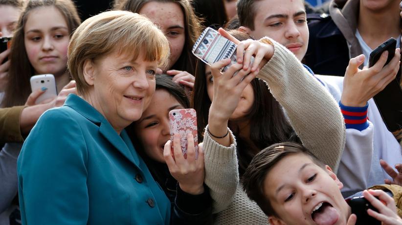 Wahlkampf: Jugendkultur? Selfie-Zeit mit Kanzlerin Merkel.