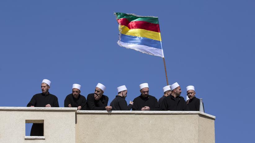 Israel: 133.000 Drusen leben in Israel. Sie sprechen Arabisch, haben eine eigene Fahne und melden sich oft zur Polizei. Die Ursprünge ihrer Religion liegen im Ägypten des 11. Jahrhunderts, wo ein schiitischer Muslim eine neue Glaubensgemeinschaft gründete.