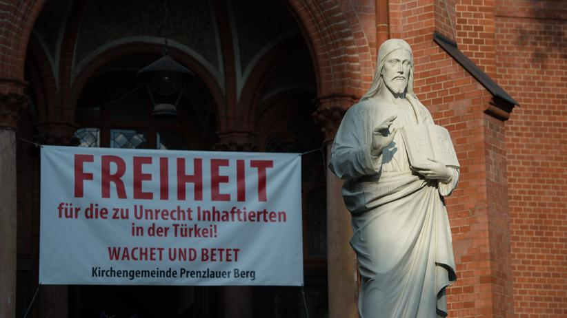 Peter Steudtner: Protestplakat an der Berliner Gethsemanekirche