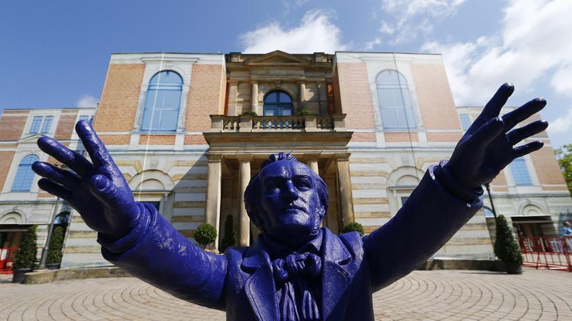 "Bayreuth: Skulptur ""Richard Wagner"" des Künstlers Ottmar Hörl vor dem Bayreuther Festspielhaus (Archivbild)"