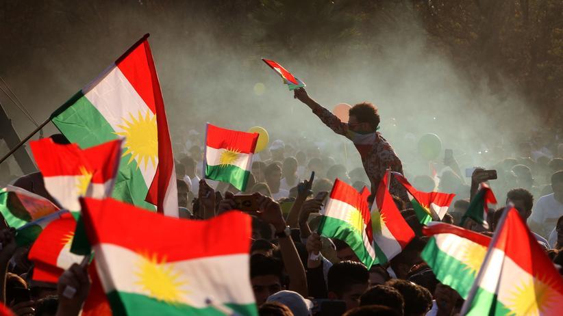 Unabhängigkeitsreferendum der Kurden: Die Hoffnung ist groß: In Erbil schwenken Menschen kurdische Fahnen. Ihr Ziel ist die Autonomie.