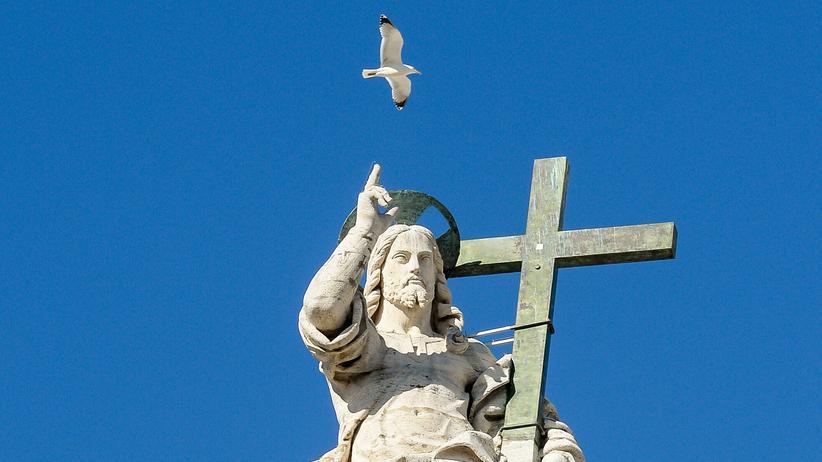 Jesus Christus: Christusstatue vor dem Petersdom im Vatikan