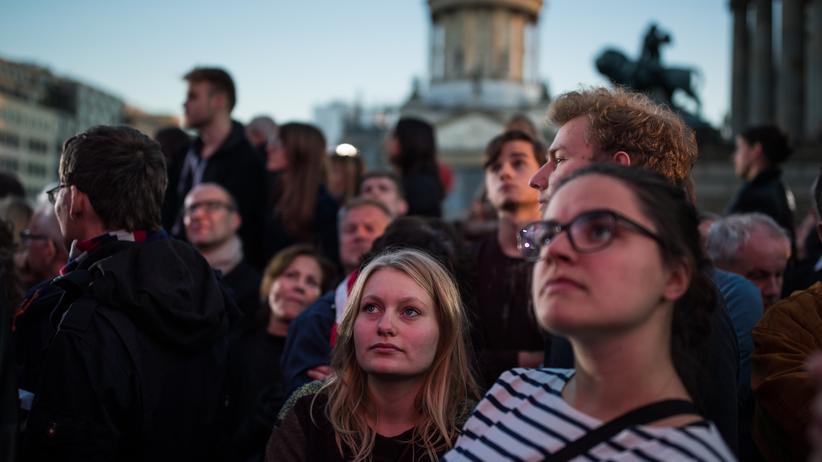 Sozialdemokratie: Bürger auf einer SPD-Wahlkampfveranstaltung mit Martin Schulz auf dem Berliner Gendarmenmarkt zwei Tage vor der Bundestagswahl im Herbst 2017