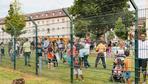 Flüchtlingsheim: Willkommen hinterm Stacheldraht