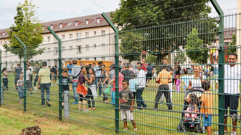 Flüchtlingsheim: Modell für Deutschland? In Bamberg protestieren Bürger und Flüchtlinge gegen die Lagerpolitik.