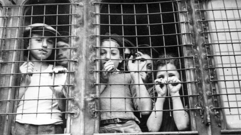 Holocaust: Mit vergitterten Zügen werden im Herbst 1947 mehr als 4.300 jüdische Flüchtlinge vom Hamburger Hafen in zwei Lager nahe Lübeck transportiert.