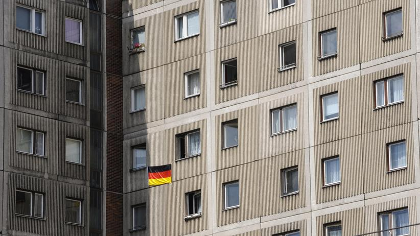 Patriotismus: Selbst während der Fußball-EM 2008 hielt sich der Patriotismus in diesem Berliner Plattenbau in Grenzen.