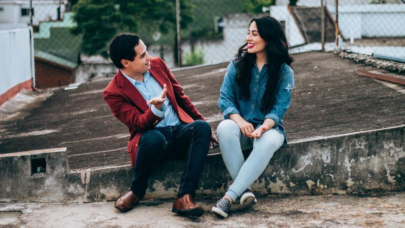 Der Flirt ermöglicht, sich in sicherer Halbdistanz über mögliche Absichten auszutauschen.