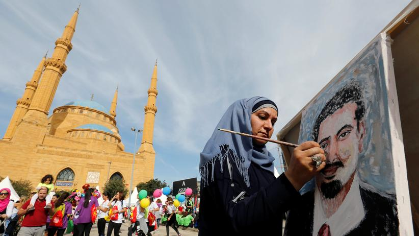 Libanon: Die Künstlerin Jumn Ahmad malt den Präsidenten Hariri.