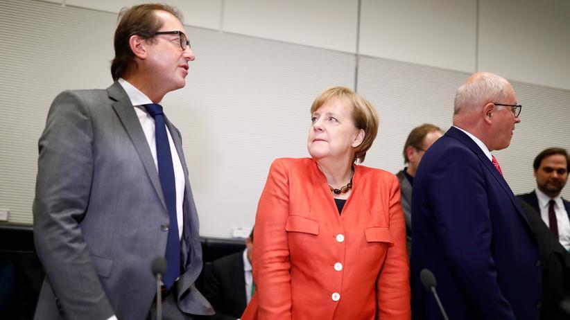 Angela Merkel: Bundeskanzlerin Angela Merkel mit dem CSU-Landesgruppenchef Alexander Dobrindt im Deutschen Bundestag