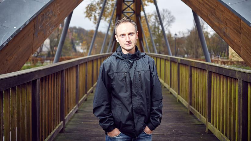 Lehrermangel: Sportlehrer Jaroslaw Gad aus Polen auf der Brücke, die Deutschland mit dem Nachbarland verbindet