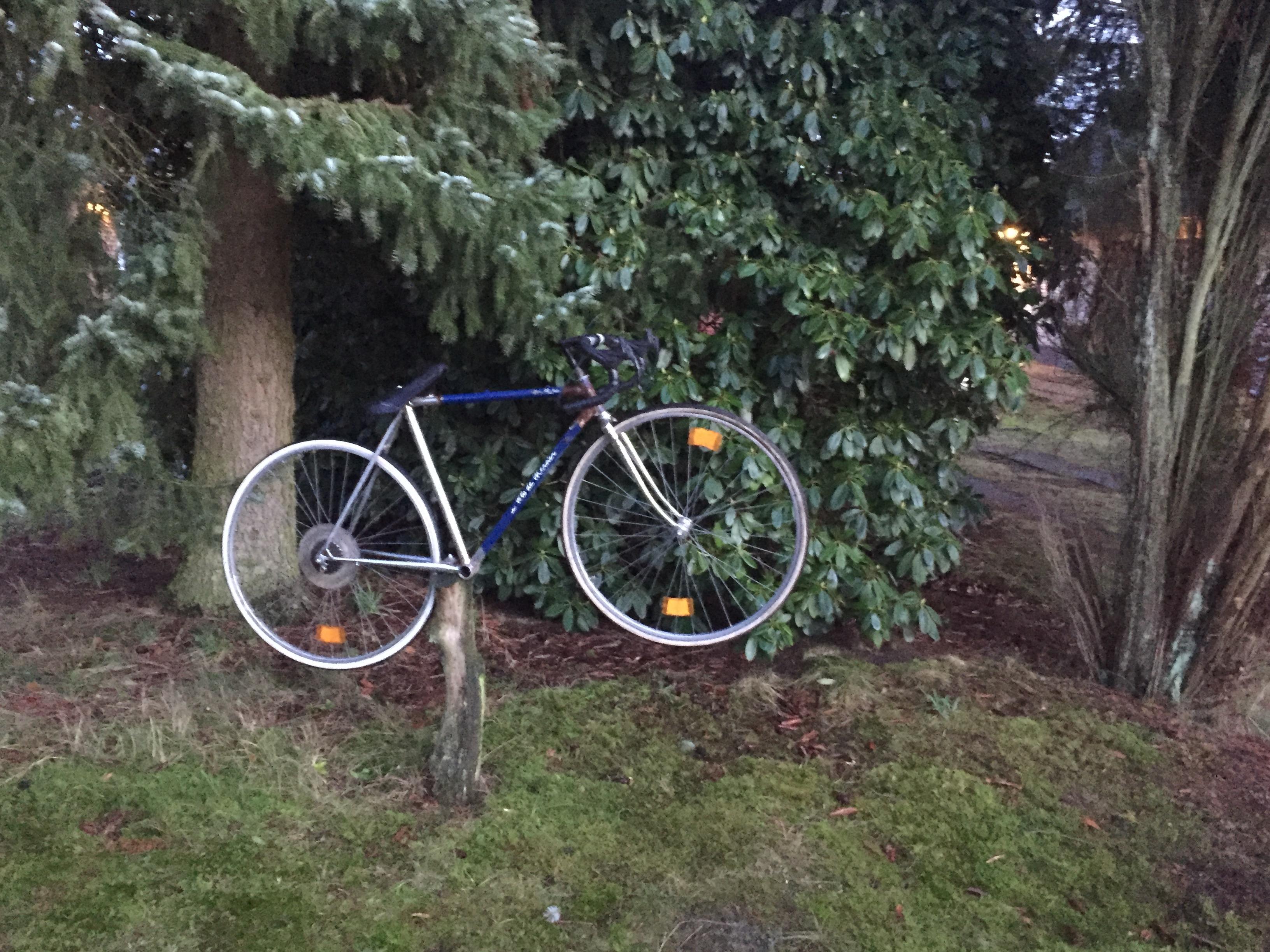 Skulptur in einem Lemsahler Vorgarten. Ob der Besitzer sein verlorenes Hobby so noch jeden Tag vor Augen haben kann?