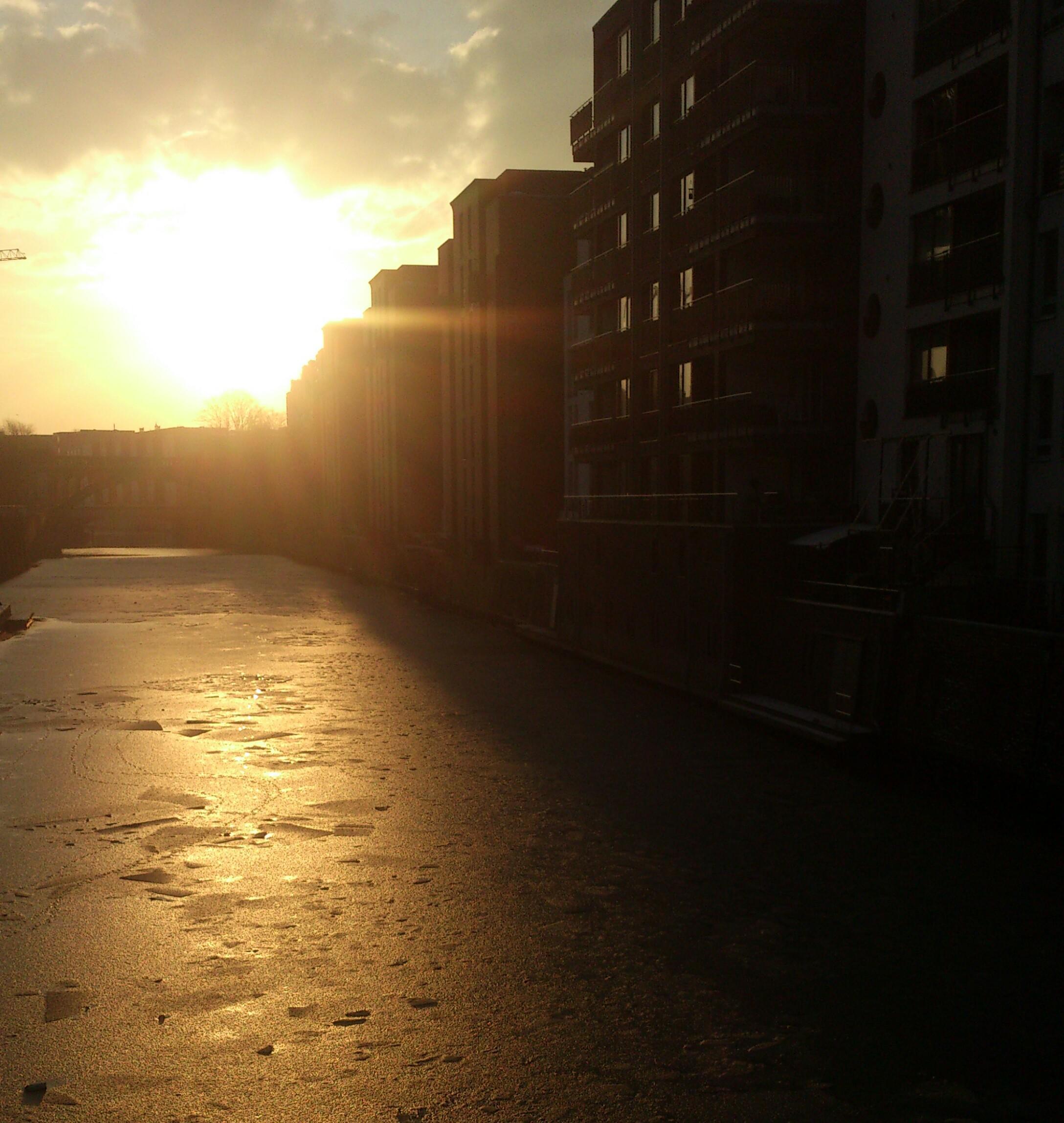 Eis gibt es im Winter eben manchmal nicht am, aber dafür mit Stil. Bei Sonnenaufgang am Osterbekkanal #ungerührtdemWintertrotzen