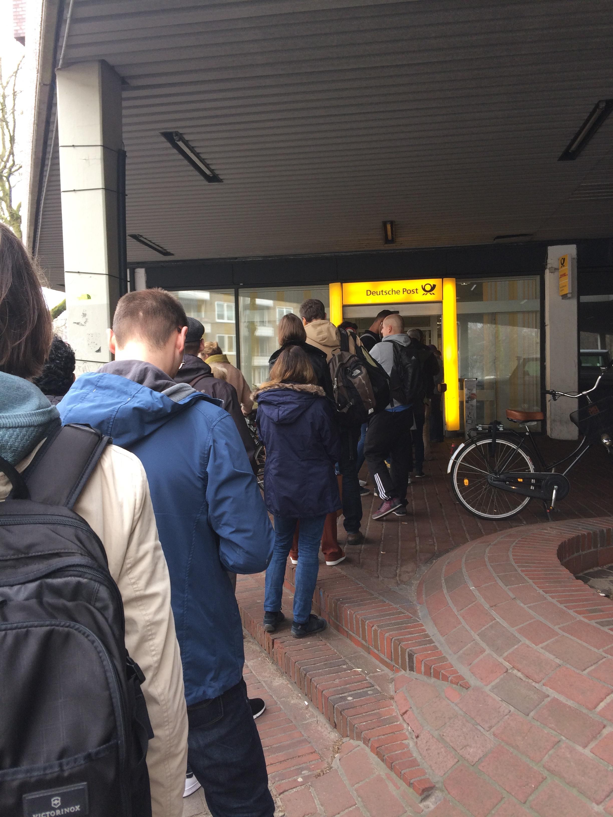 Dabei ist es doch ein ganz normaler Freitag. Was ist da los in der Post des Grauens am Kaltenkirchener Platz?