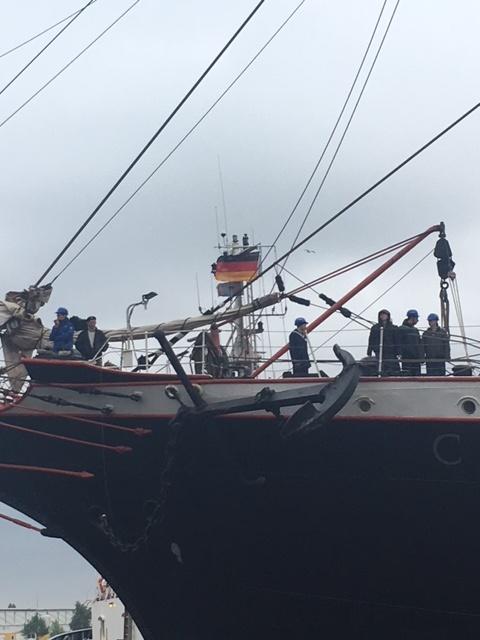 UN-Mandat für Hamburg. Putin sendet Blauhelmsoldaten, um die Pinkler vom Hafengeburtstag unter Kontrolle zu bringen.