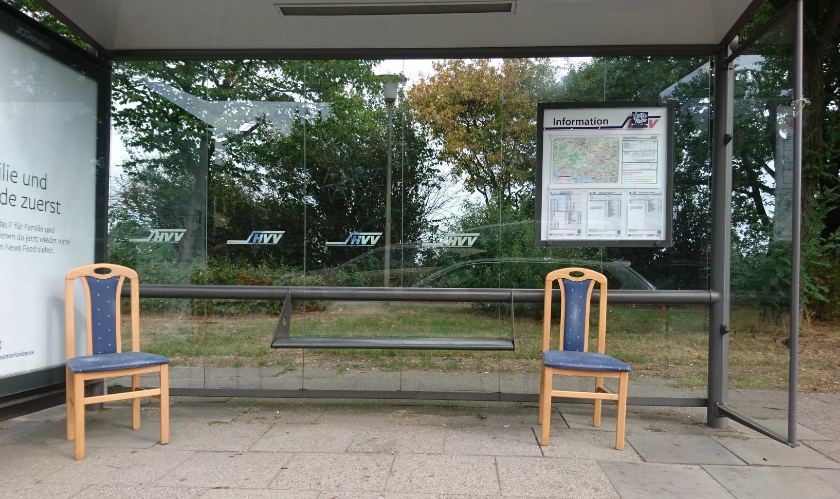 HVV investiert massiv in komfortablere Haltestellensitzmöbel. Gesehen an der Ecke Rugenbarg/Osdorfer Landstraße
