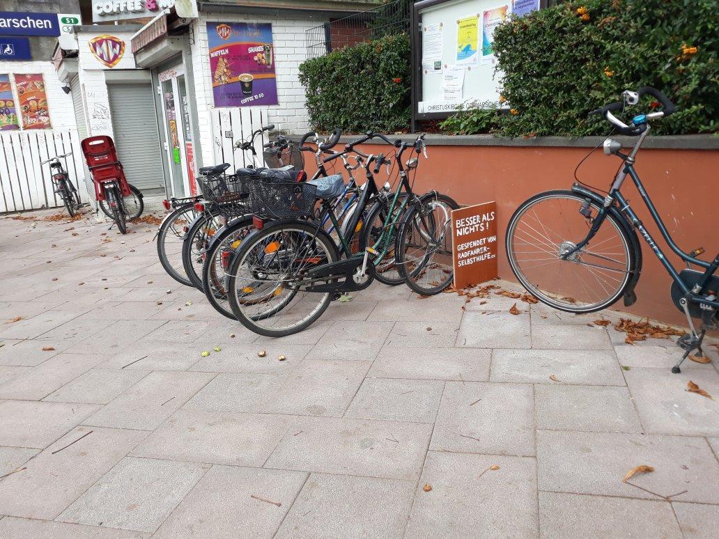 Bei der Neugestaltung des Bahnhofsvorplatzes der S-Bahn Othmarschen wurde vor Monaten ein großer überdachter Fahrradständer entfernt – ersatzlos und anscheinend dauerhaft. Schlecht für Pendler – aber zum Glück engagiert sich die Radfahrer-Selbsthilfe