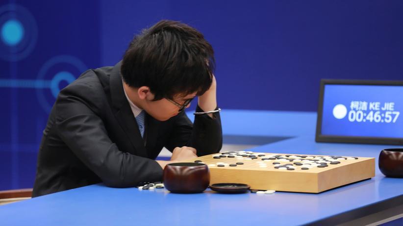 Sepp Hochreiter: Der chinesische Go-Spieler Ke Jie während seines zweiten Spiels gegen Googles KI-Programm AlphaGo.