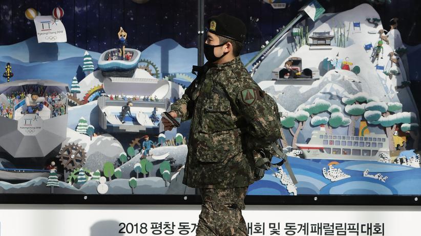 Nordkorea: Ein südkoreanischer Soldat vor einer Reklame für die Olympischen Winterspiele in Pyeongchang