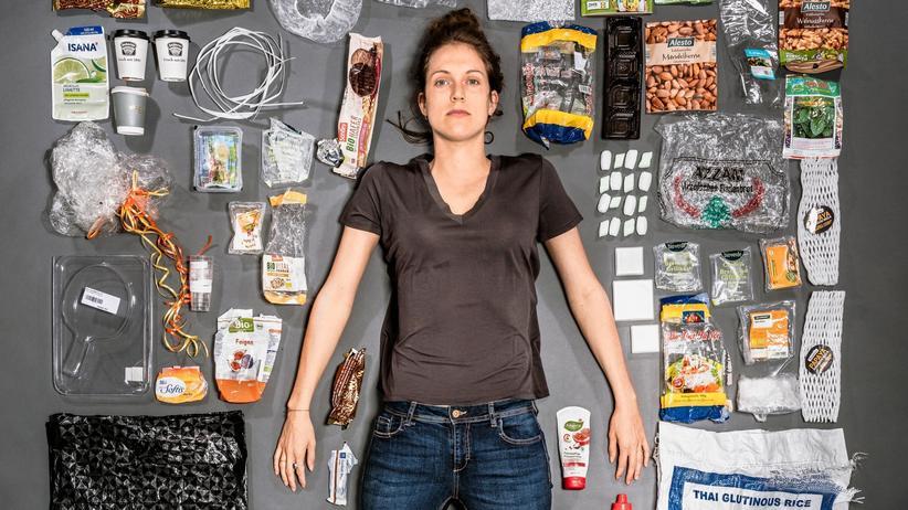 Plastikmüll: Die Fotografin Alina Emrich inmitten von Plastikmüll