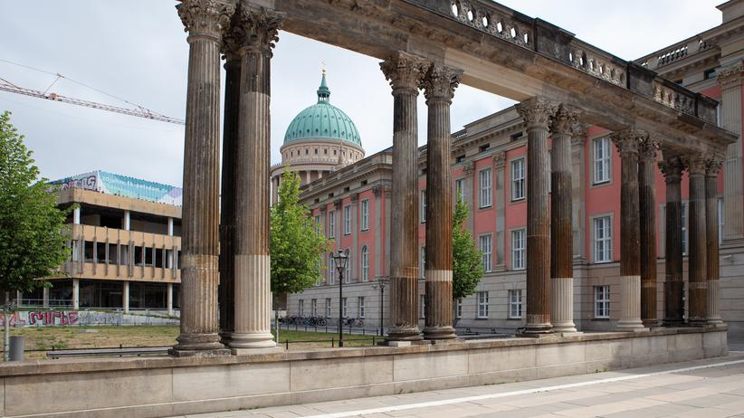 Garnisonkirche Potsdam: In der Stadtmitte sind bereits die klassizistische Nikolaikirche und das barocke Schloss wiedererstanden. Original erhalten: die Ringerkolonnade. Weichen muss die baufällige DDR-Fachhochschule.