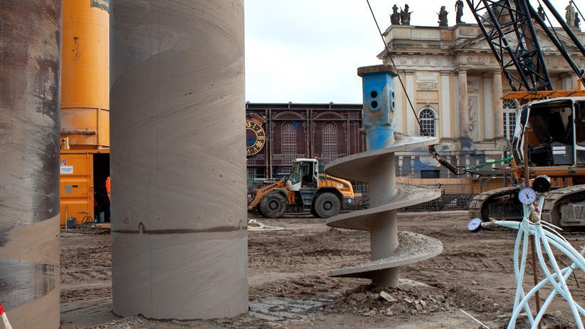 Garnisonkirche Potsdam: Noch kein Turm, aber: im Matsch ein Bohrer, ein Bagger, ein Betonmischer und eine bescheidene Kapelle – deren Fassade vorerst nur aufgemalt ist. Vor 50 Jahren sprengte die DDR hier das Original.