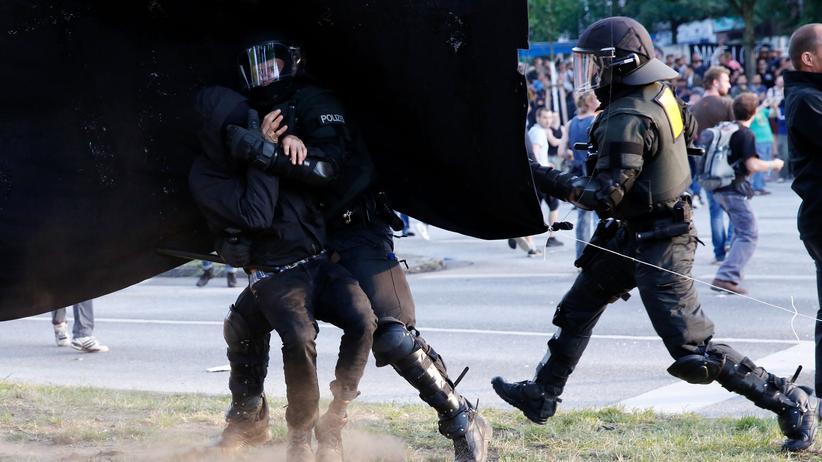 G20-Gipfel in Hamburg: Knapp ein Jahr nach den Krawallen beim G20-Gipfel sind bisher 40 linke Gewalttäter zu Geld- oder Freiheitsstrafen verurteilt worden. Wegen möglicher Polizeigewalt wird auch gegen Dutzende Beamte ermittelt. Bisher ist jedoch keiner von ihnen angeklagt worden.