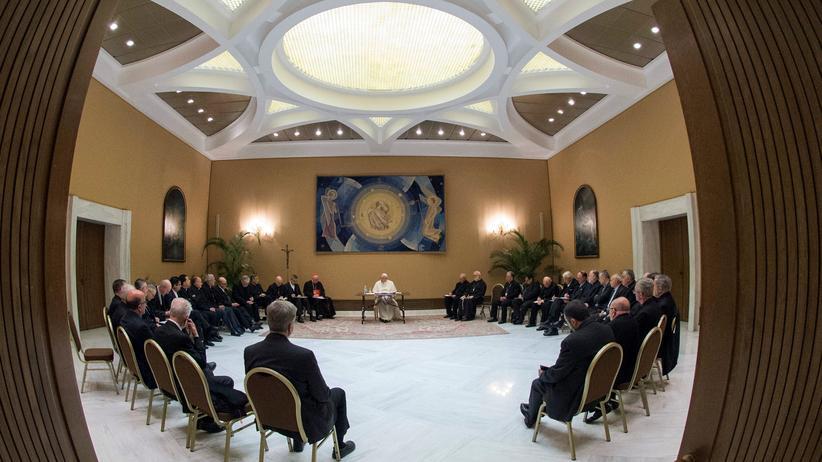 Missbrauchsskandal in der chilenischen Kirche: Der Papst und die chilenischen Bischöfe bei ihrem Treffen im Vatikan