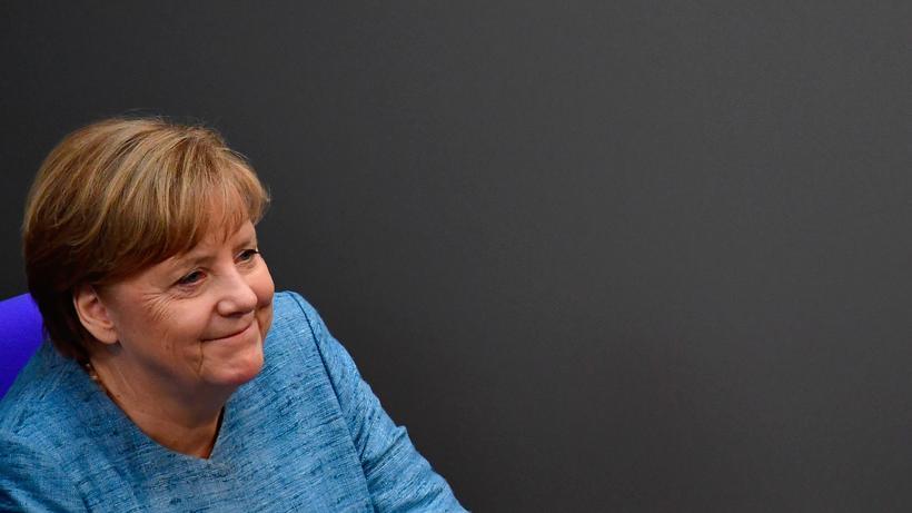 Bundeskanzlerin Angela Merkel nach ihrer Rede zur Haushaltspolitik der Bundesregierung im Bundestag.