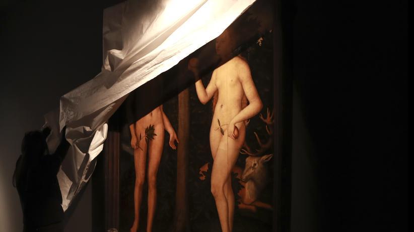 """Kunst: Ein Museumsmitarbeiter enthüllt das Bild """"Adam und Eva"""" des deutschen Renaissancemalers Lucas Cranach des Älteren zu einer Ausstellung im Musée des Arts Décoratifs in Paris 2016"""