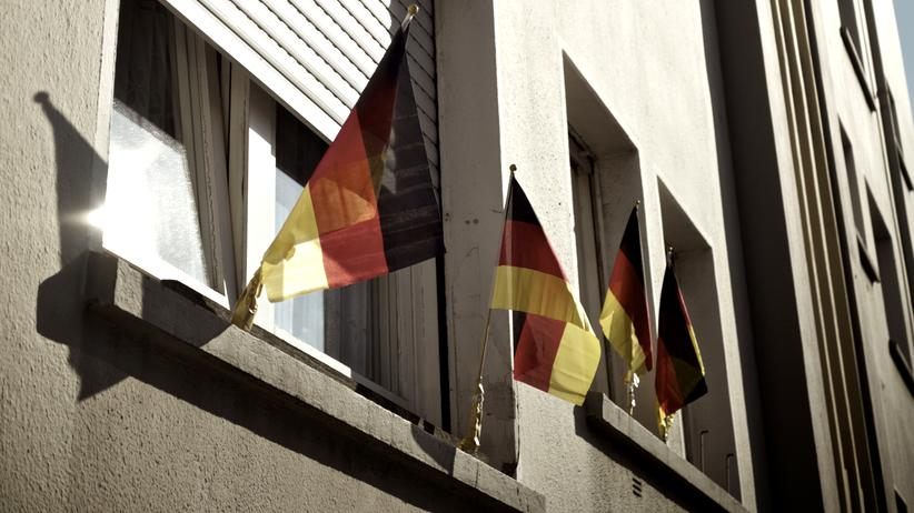 Demokratie: Deutsche Fahnen an den Fenstern eines Wohnhauses