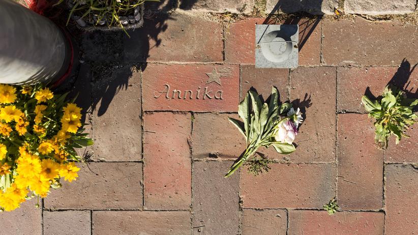Erinnerung: In Wentdorf bei Hamburg starb vor zehn Jahren die 14-jährige Annika bei einem Verkehrsunfall. Wer die Blumen ablegt, wissen die Eltern nicht.