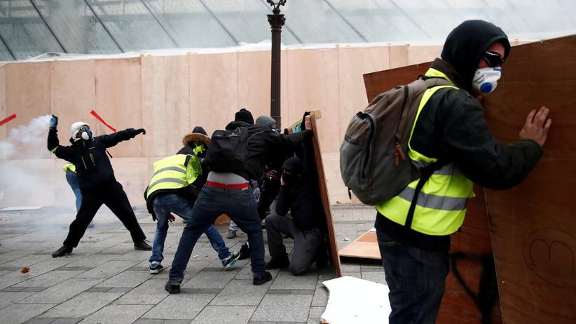 Demokratie: Gelbwesten-Demonstranten auf der Champs-Elysees in Paris