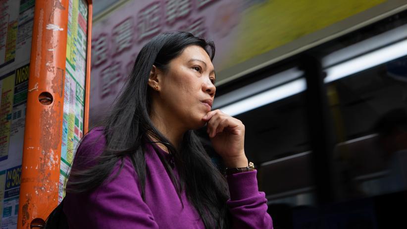 Edward Snowden: Sechs Jahre danach: Vanessa Mae Rodel, die Edward Snowden 2013 bei der Flucht half, vergangene Woche auf dem Weg zur Einwanderungsbehörde in Hongkong