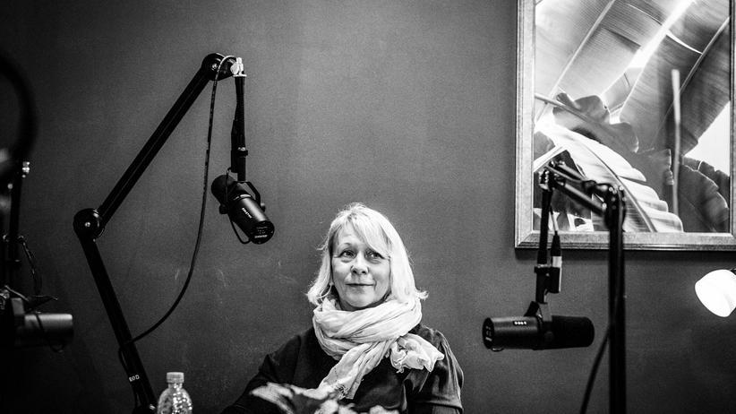 Lehrerin in der DDR: Die Lehrerin Bärbel Spengler bei der Aufnahme des Podcasts in Berlin-Pankow. Michael Pfister/ZEIT ONLINE