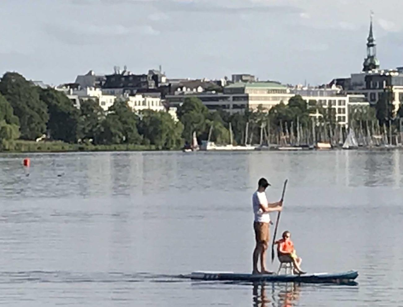 Vater und Tochter erfinden einen neuen Wassersport: Sit-down-Paddling
