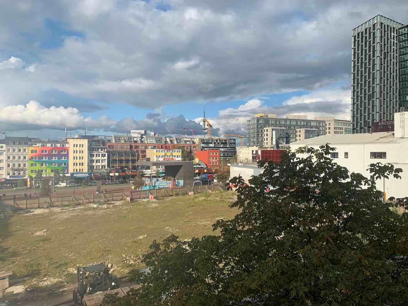 Blick auf die Kastanienallee, die Parallelstraße zur Reeperbahn Richtung Hafen und auf die schon seit fünf Jahren bestehende Brache der früheren Esso-Tankstelle. Was wird in Zukunft dort sein?