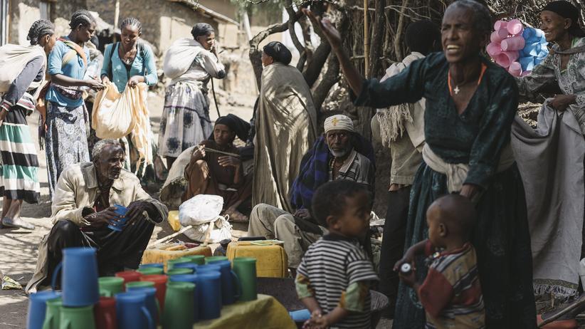 Wallfahrt in Äthiopien: Eine Dorfbewohnerin schenkt den Pilgern eine Art Bier aus. Das Gebräu aus vergorenem Getreide ist eine traditionelle Fastenspeise.