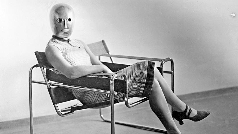 Bauhaus: Sehr lässig, der neue Mensch, von dem das Bauhaus träumte, und sehr gesichtslos – die Maske entwarf Oskar Schlemmer, den Sessel Marcel Breuer, das Foto machte Erich Consemüller um 1926.
