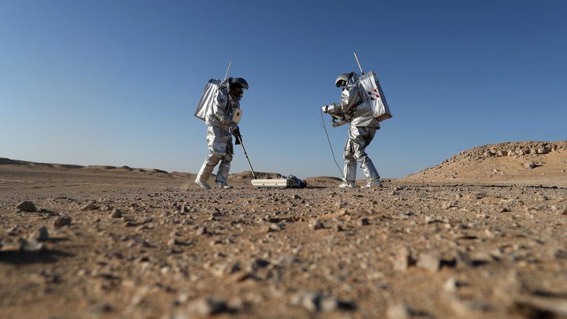 Michio Kaku: Mitglieder der Marssimulation Amadee-18 in Raumanzügen während eines Experiments in Omans Wüste