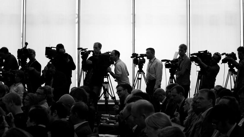 Journalismus: Fernsehreporter während der Bundespressekonferenz
