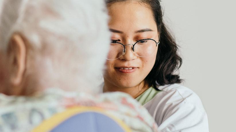 Chinesische Pflegekräfte: Umarmen, waschen, Windeln wechseln: Wu Feifei auf der Demenzstation des Leinetal Seniorenpflegeheims in Laatzen