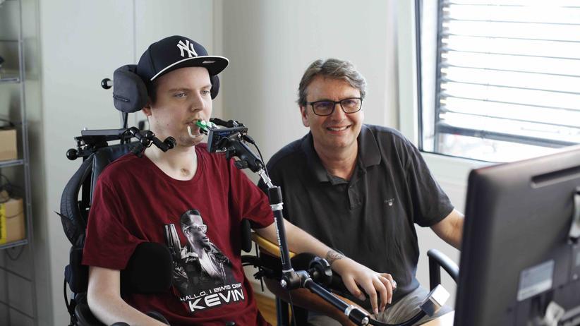 Aktion Mensch: Online-Redakteur Dennis Winkens mit seinem Chef Klaus Gierse, Geschäftsführer der moso GmbH in Remscheid.  Foto: Aktion Mensch